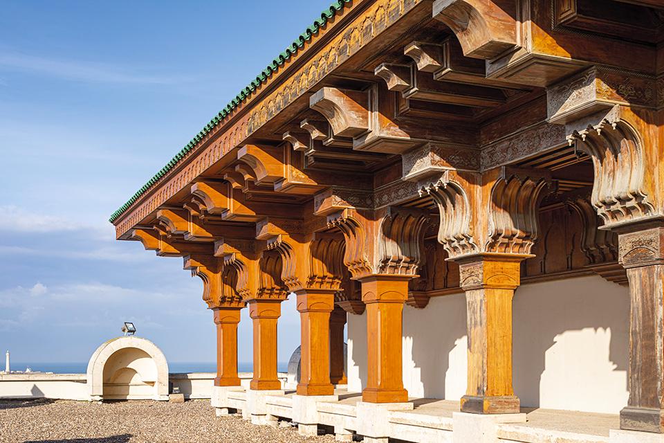 Gli intarsi della loggia in legno della Moschea Hassan II di Casablanca